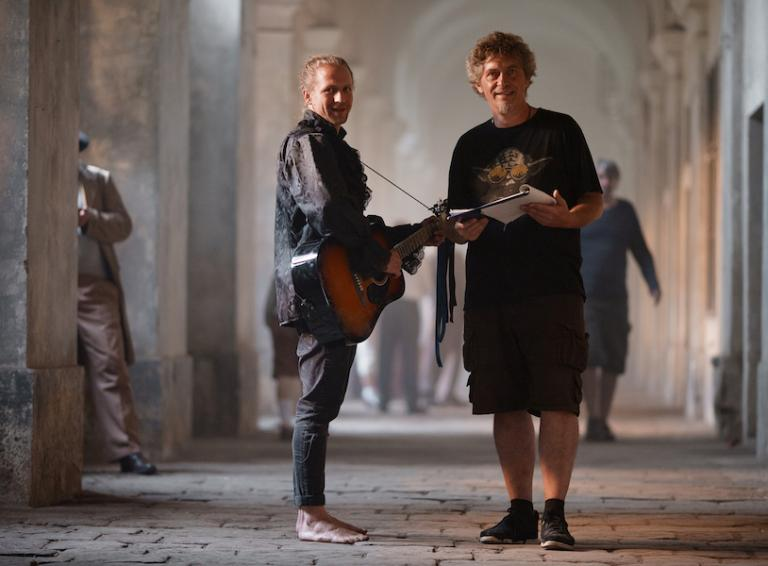 Tomáš Klus snovým singlom Chátrám  O živote vDome, kde spolu susedia zabudli hovoriť