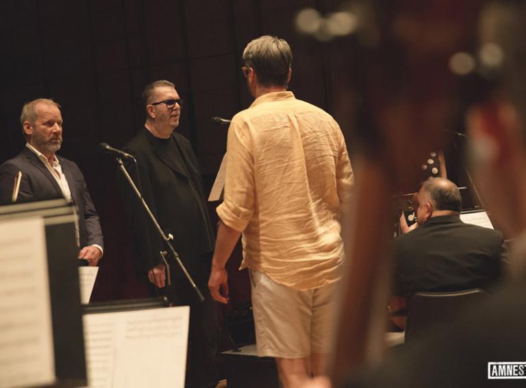 David Koller, Richard Müller aViki Olejárová naspievali titulnú skladba k filmu Amnestie, upravenú Krylovu Pasážovú revoltu!