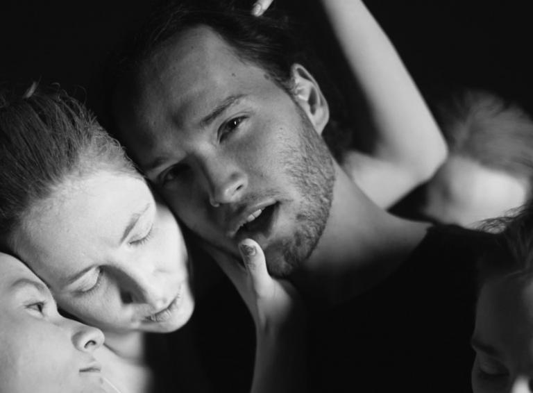 Talentovaný interpret Simon Hurton oslobodzuje vášne v debutovom singli Glued To You