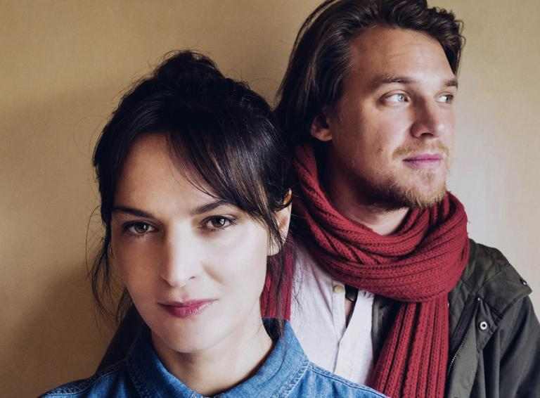 Jana Kirschner a Vojtěch Dyk zverejnili novú skladbu s názvom Na okamih. Autorom videoklipu je Juraj Johanides.
