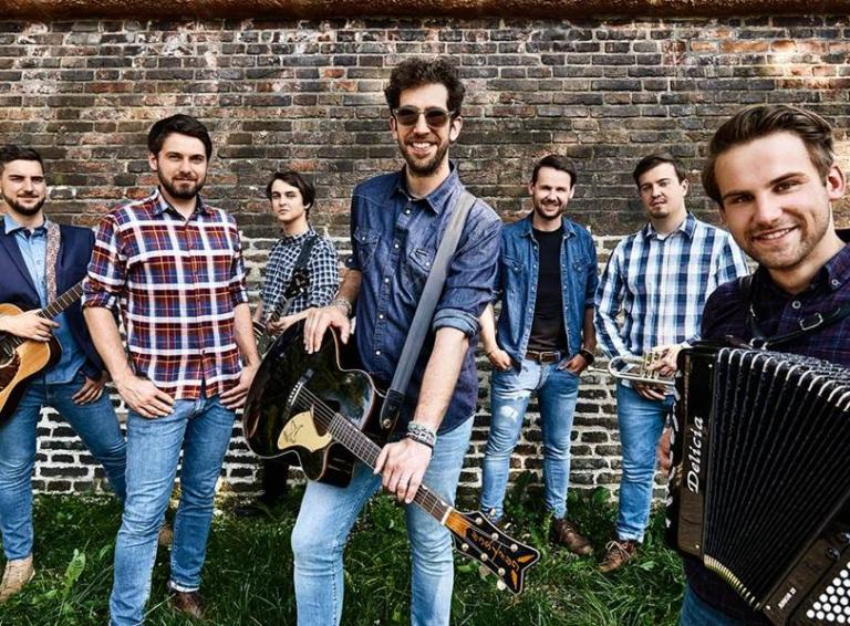 Jelen vo videoklipe zachytil svoj koncert a s IMT Smile pozýva do Žlutých Lázní
