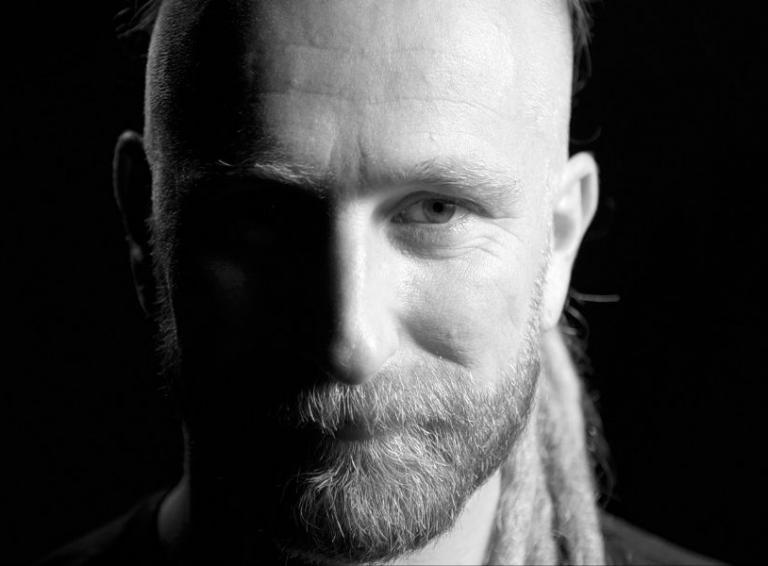 Kapela Heľenine oči sarkasticky útočí s novou skladbou NAKA na spoločensky aktuálnu tému.