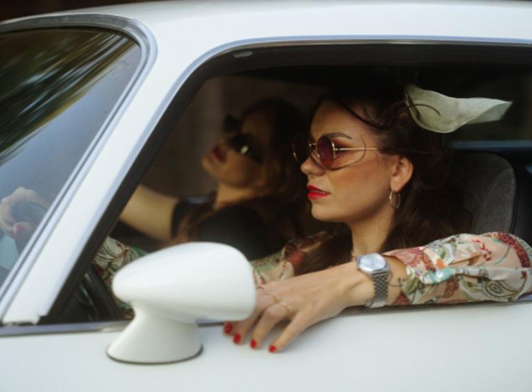 Andie J v novom klipe She's Mine s iskrivou dynamikou amerického feelingu