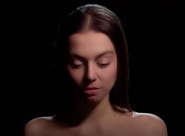 Speváčka Bara z metafor farbí pieseň Maľujem vlastnú tvár
