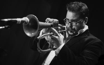Slovenský jazzový trumpetista Lukáš Oravec je so svojim Quaretom v Aprílí 2019 na turné v Spojenom kráľovstve.