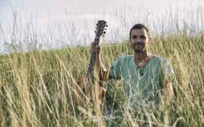 Juraj Hnilica so svojou kapelou Galantný jeleň  vystúpi v Prahe, kde pokrstí svoj tretí album Pohni lica