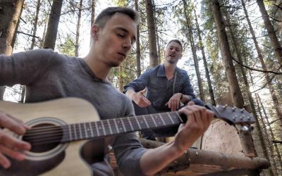 Duo Ja & On chce skladbou Dýchaj svet vymeniť virtuálny svet za skutočný