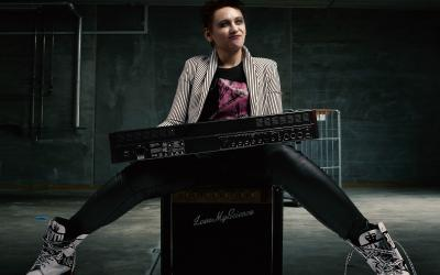 One woman show Love My Science na jej prvom online koncerte