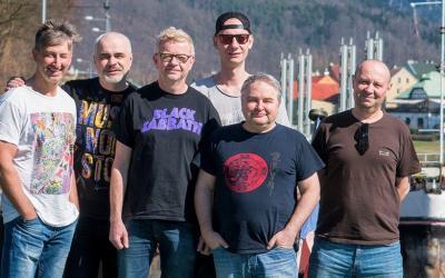 Mňága aŽďorp má nový singel aklip shercom Lukášom Pavláskom. Aktuálne je na turné po Slovensku