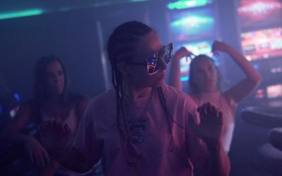 Dominika wHo sa v klipe Ver si! pohráva s vibráciami 80. rokov